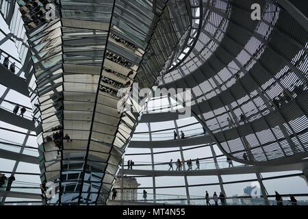 Berlin, Deutschland - 4 April 2017: der Deutsche Reichstag Glasstruktur Gebäude - Stockfoto