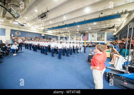 Rekruten aus Quebec Unternehmen 194 Absolvent von Training zu Training Center Cape May, New Jersey, 28. Juli 2017. Offizielle U.S. Coast Guard Fotos von Petty Officer 2. Klasse Richard Brahm. - Stockfoto
