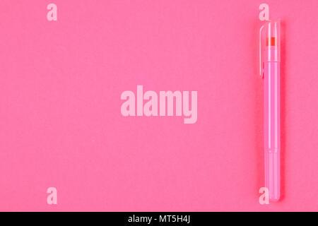 Rosa Filzstift auf einer Rosa pastell Hintergrund. Sommer. Ansicht von oben. Flach. Platz kopieren - Stockfoto