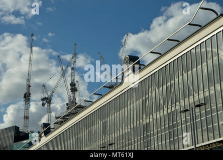 Neue Wolkenkratzer und Designer Luxus Türme von der South Bank Centre und Waterloo Station neben dem Shell Centre in London, England, UK gebaut - Stockfoto