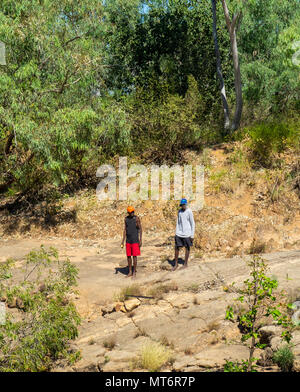 Zwei einheimische Jugendliche standingg des Lennard River, der Gibb River Road, Kimberley, WA, Australien - Stockfoto