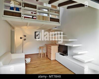 3D Rendering Konzept; Wohnzimmer Mit Treppe Und Loft Der Fußboden  Parkettboden Gemacht Wird   Stockfoto
