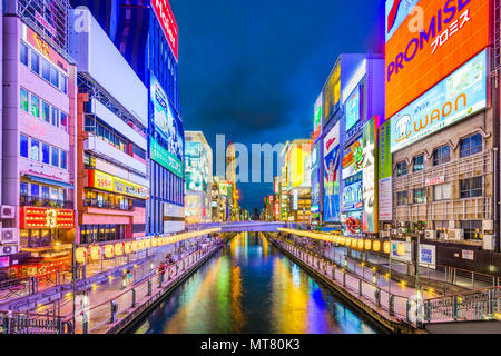 OSAKA, Japan - 16. AUGUST 2015: Die dotonbori Kanal im Namba Viertel. Der Kanal stammt aus dem frühen 17. Jahrhundert und ist ein beliebter Nachtleben destinatio - Stockfoto