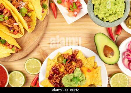 Ein Foto von einem ssortment von vielen verschiedenen mexikanischen Speisen, wie Tacos, Guacamole, Pico de Gallo, Nachos und andere, mit Kopie Raum - Stockfoto