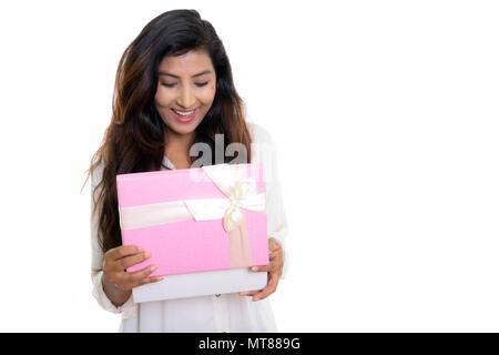 Studio shot der jungen Persischen glücklich lächelnde Frau beim Öffnen der g - Stockfoto