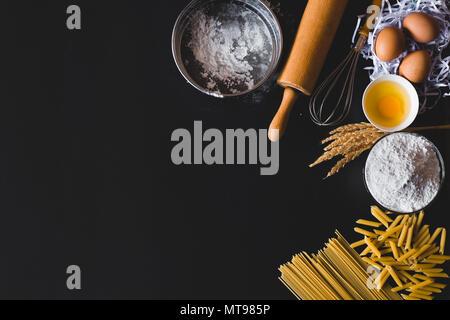 Pasta Zutaten zum Kochen am Tisch Küchentisch. Ansicht von oben mit Platz für Ihren Text - Stockfoto