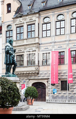 AUGSBURG, DEUTSCHLAND - 20. MAI 2018: die Statue von Hans Jakob Fugger in der Nähe von Palast von Maximilian Museum in Augsburg Stadt. Augsburg ist eine Stadt in Schwaben, Bayern - Stockfoto