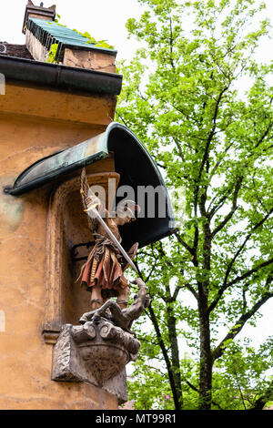 AUGSBURG, DEUTSCHLAND - 20. MAI 2018: die Figur des Erzengels Michael in der Fuggerei in Augsburg Stadt. Augsburg ist eine Stadt in Schwaben, Bayern, es ist 3. - Stockfoto