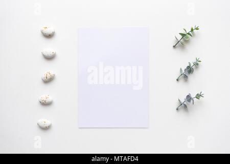 Hochzeit Einladung Karte auf weißem Marmor mit Oregano Filialen. Ansicht von oben. - Stockfoto