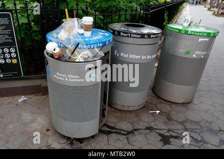NYC Müll und Recycling Dosen - Stockfoto