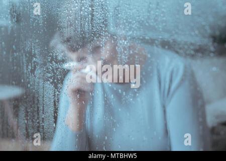 Bild von traurig, ältere Frau weinen, holding Gewebe