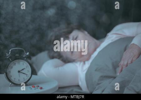 Frau mit sleep Problem zurückgezogen, im Bett liegend - Stockfoto