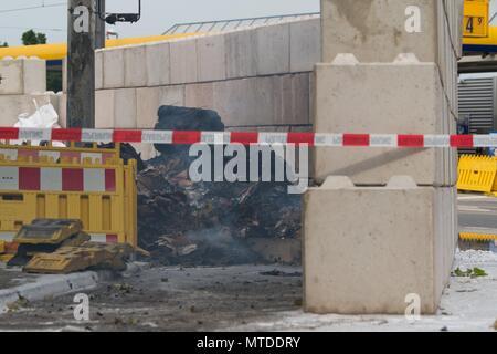 24. Mai 2018, Deutschland, Dresden: Rauch steigt aus den Überresten von Isoliermaterial an der Stelle, wo ein WWII Bombe gefunden wurde. Die Bombe ist jetzt sicher gemacht worden. Foto: Sebastian Kahnert/dpa-Zentralbild/dpa - Stockfoto