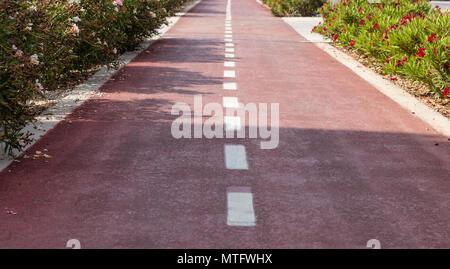 Radweg. Red Asphalt weg mit weißen Linien für Fahrräder - Stockfoto