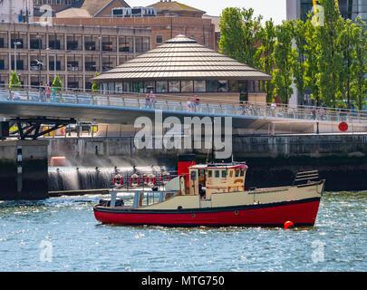 Mona Titanic Tour Boot vor dem Wehr verankert. Der Lagan Lookout ist im Hintergrund - Stockfoto