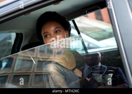 Frau sitzt im Auto Blick aus dem Fenster - Stockfoto