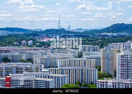 Mischung aus Landschaft und Stadtentwicklung in Singapur an einem sonnigen Tag - Stockfoto