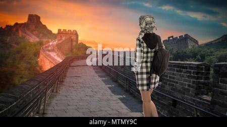 Eine Frau mit einem Rucksack reisen entlang der Großen Mauer von China. - Stockfoto