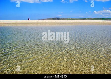 Ein paar Flanieren auf eine Sandbank auf Maghera Beach, Ardara, County Donegal. Der Strand ist in den Top zehn irischen Strände von Tripadvisor zusammengefasst aufgeführt. - Stockfoto
