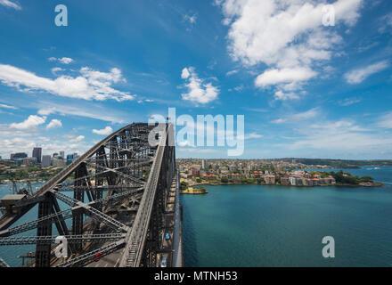Blick über die Vororte von Sydney von der Sydney Harbour Bridge, Sydney, NSW, Australien - Stockfoto