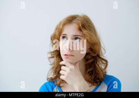 Indoor Porträt der jungen schönen redhead Europäische Weiblich auf weißem Hintergrund trägt blaue T-Shirt - Stockfoto
