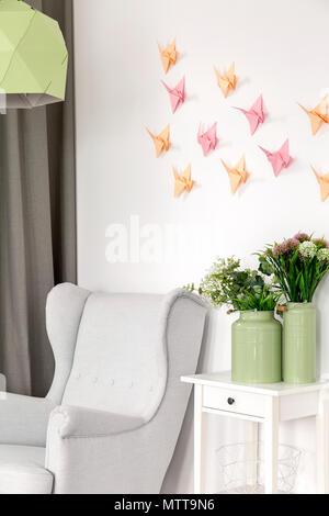3d-Dekoration - bunte Papier origami Kran an der Wand - Stockfoto