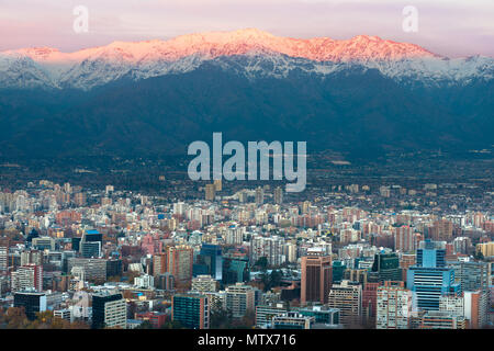 Panoramablick auf Providencia Bezirk mit Los Andes Mountain Range in der Rückseite, Santiago de Chile - Stockfoto