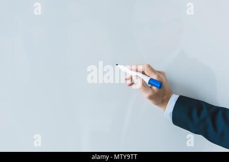 7/8 Schuß von Geschäftsmann schreiben auf leeres Whiteboard - Stockfoto