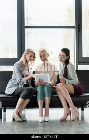 Schöne Unternehmerinnen mit Tablet-PC im Büro - Stockfoto