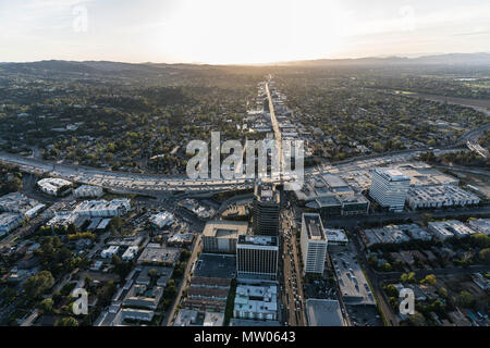 Los Angeles, Kalifornien, USA - 18. April 2018: Luftaufnahme von Ventura Bl und den San Diego 405 Freeway in der Sherman Oaks Bereich des San Fernando V - Stockfoto