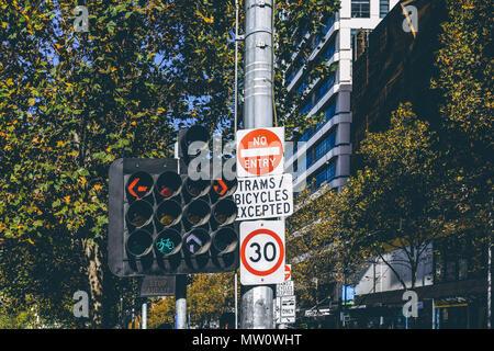 Komplizierte Ampel mit vielen Pfeile und Schilder in der Innenstadt von Melbourne, Australien - Stockfoto
