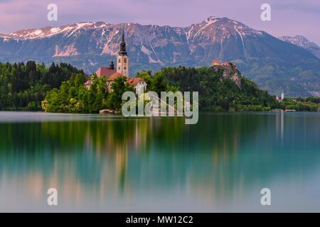 Dämmerung am See Bled mit St. Marys Kirche Mariä Himmelfahrt in Slowenien. - Stockfoto