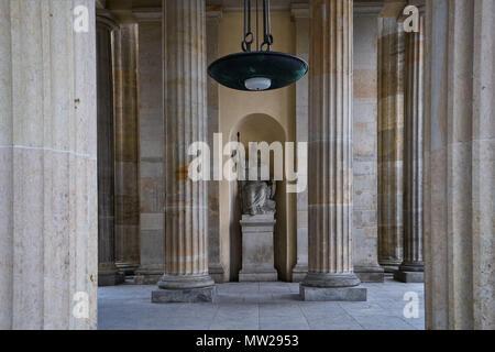 Berlin, Deutschland - 2. April 2017: Statue der Pallas Athene Holding einen Speer in das Brandenburger Tor oder das Brandenburger Tor - Stockfoto