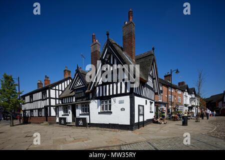 Sonnigen Tag Cheshire Osten Marktstadt Sandbach, das Kopfsteinpflaster Marktplatz Ye Olde schwarzer Bär, Inn Pub Strohdach, 400 Jahre alten, denkmalgeschützten * Aufgeführten - Stockfoto