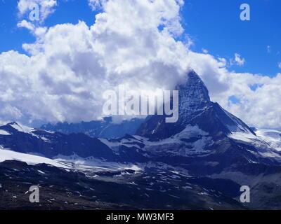 Wunderbarer Blick aufs Matterhorn Berg in Wolken, alpine Berge reichen Landschaft in den schweizer Alpen vom Gornergrat in der Schweiz - Stockfoto