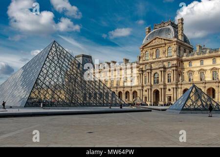 Ein großes Glas und Stahl Pyramide dient als Haupteingang zum Musée du Louvre Museum, entworfen von chinesisch-amerikanischen Architekten I.M. Pei 1989 durchgeführt