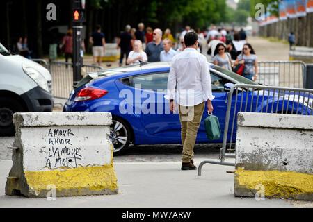 Sicherheit Poller auf Les Champs Elysées - Paris - Frankreich - Stockfoto