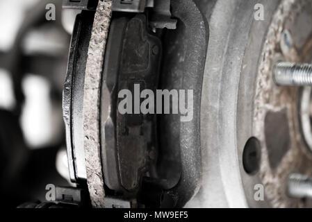 Radnabe, Bremsscheibe und Pad auf modernes Auto schließen - Stockfoto