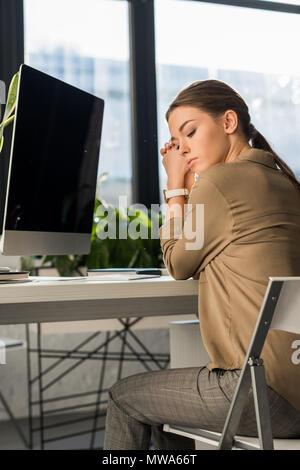Deprimiert junge Frau am Arbeitsplatz im Büro - Stockfoto
