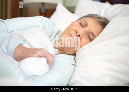 Ältere Frau eine gute Nachtruhe. - Stockfoto