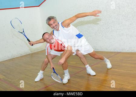 Zwei Männer Squash spielen - Stockfoto