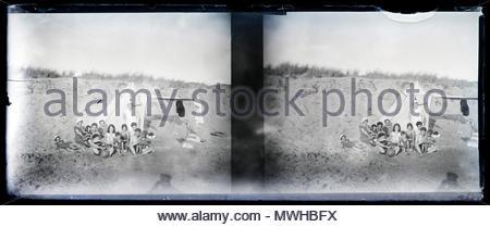 Große Gruppe in den Dünen posiert mit Zelt 1920s Sommer Urlaub Frankreich - Stockfoto