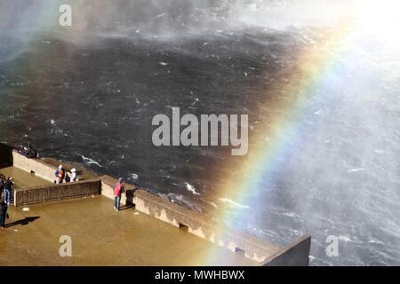 Dampf- und Regenbogen unterhalb von Montmorency fällt mit Touristen auf der Suche - Stockfoto