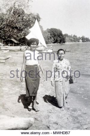 Zwei Frau zu Fuß durch die Water Edge Indonesien, Java 1950 s - Stockfoto