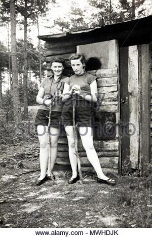 Zwei Mädchen, die von Hütte Hütte 1950 posing s - Stockfoto