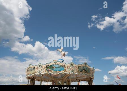 Genf, Schweiz, schönen sonnigen Tag onon ein Karussell sehr alt, mit Schweizer Landschaften gestaltet und platziert auf dem Dock führt - Stockfoto