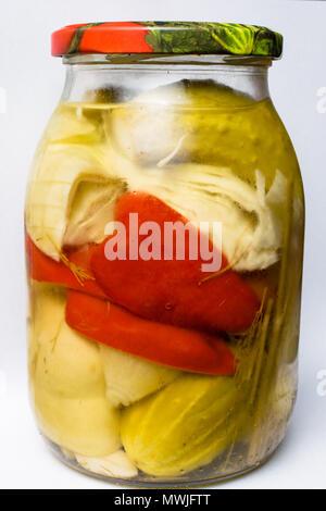 Gläser mit Gurken, grüne Gurke, Paprika, Kraut, Dill, Knoblauch. Gemischte marinierte Gemüse im Glas - Stockfoto