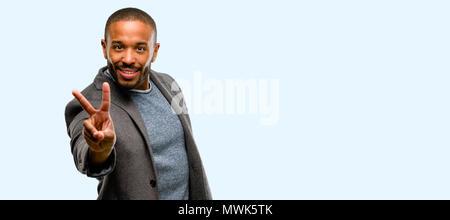 Afrikanische amerikanische Mann mit Bart, Finger, Nummer zwei isolierten über blauer Hintergrund - Stockfoto