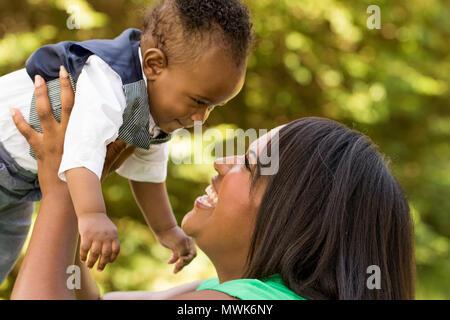 Gerne Afrikanische amerikanische Mutter und Sohn. - Stockfoto