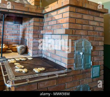 Pfannkuchen auf ein Backblech pepared auf der Kohle Küche. Der ...